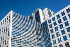 玻璃摩天大楼办公楼的图象与蓝天的 到达天空的企业概念金黄回归键所有权 免版税图库摄影