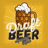 玻璃杯子与泡沫海报标志设计的桶装啤酒促进的 皇族释放例证