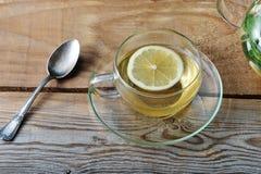 玻璃杯子茶用姜和切片柠檬 库存图片