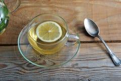 玻璃杯子茶用姜和切片柠檬 库存照片