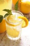 玻璃柠檬水 免版税库存图片