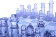 玻璃棋。 第一个移动。 库存图片