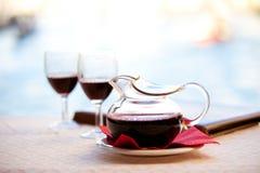 玻璃水瓶红葡萄酒 库存照片