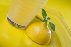 玻璃汁液柠檬 库存图片