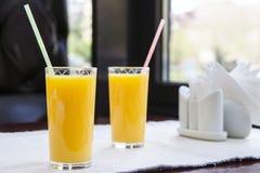 玻璃汁液桔子二 健康饮料概念 库存图片
