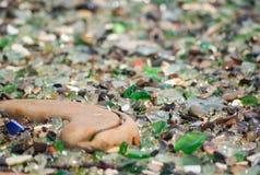 玻璃海滩、五颜六色的优美的海玻璃、陶瓷和石头 图库摄影