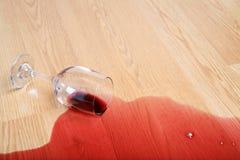 玻璃溢出酒 库存图片