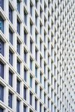 玻璃灰色正方形门面现代城市企业大厦摩天大楼Windows  现代公寓在新的邻里 免版税库存图片