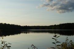 玻璃状湖反射夏天天空 免版税库存图片