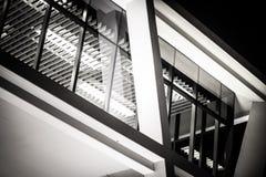 玻璃现代办公楼里面看法  免版税库存图片