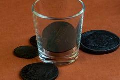 玻璃玻璃和17世纪,古物收藏家的一汇集的罕见的俄国硬币 免版税库存照片