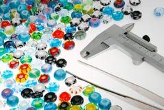 玻璃珠和轮尺 免版税库存图片