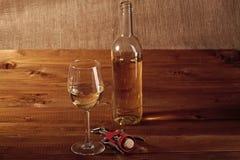 玻璃瓶和拔塞螺旋 库存图片