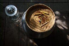 玻璃瓶子和帆布篮在thaihouses 库存照片