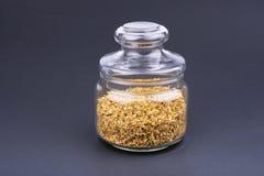 玻璃瓶子木犀属植物茶 图库摄影