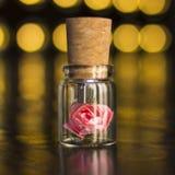 玻璃瓶子栓与丝带 停止者USB闪光驱动,原始的一刹那驱动 烧瓶的罗斯 玻璃USB闪光驱动 婚礼闪光 免版税库存图片