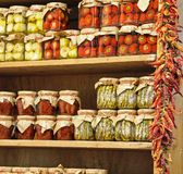 玻璃瓶子用典型的Calabrian食物干蕃茄胡椒和 免版税库存照片