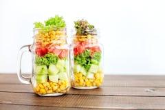 玻璃瓶子用菜沙拉 健康食物,饮食,戒毒所, Clea 免版税库存图片