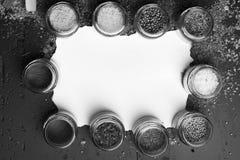 玻璃瓶子用辣椒粉、芥末、牛至和其他香料 库存照片