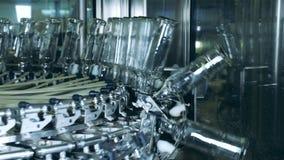 玻璃瓶得到运输由一台圆的传动机 股票录像