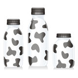 玻璃瓶查出的牛奶 免版税库存照片