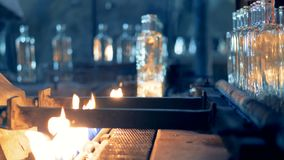 玻璃瓶温暖与在一台传动机的火巴氏灭菌作用的 4K 影视素材