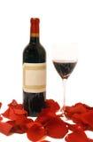 玻璃瓶瓣玫瑰酒红色 免版税库存图片