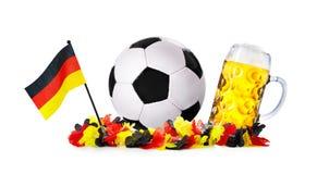 玻璃用啤酒,与德国旗子的足球和花链子 免版税库存照片