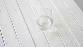玻璃用在白色木桌上的水晶水 股票录像
