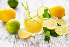 玻璃用新鲜的柠檬汁 库存图片