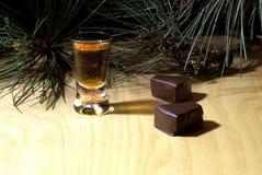 玻璃用白兰地酒和甜点 库存图片