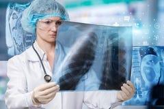 医生审查治疗和诊断的一个肺图象 免版税库存照片
