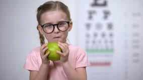 玻璃的可爱的女孩吃苹果,眼睛的,医疗保健自然维生素的 股票视频