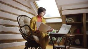玻璃的可爱的妇女用计算机计数现金金钱 股票视频