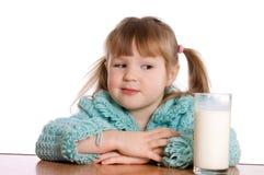 玻璃的女孩少许牛奶 免版税图库摄影