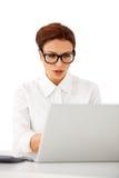 玻璃的女实业家 免版税库存图片