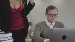 玻璃的画象年轻谨慎地加工好的人在家在桌上,工作坐膝上型计算机 有深的美女 影视素材
