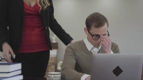 玻璃的画象年轻逗人喜爱的谨慎地加工好的人在家在桌上,工作坐膝上型计算机 美女与 股票视频