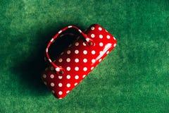 玻璃的盒以与白色圆点的妇女的提包红色的形式 库存照片