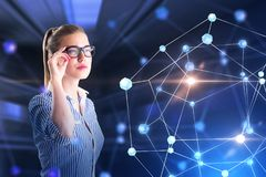 玻璃的聪明的女实业家,网络全息图 免版税库存照片