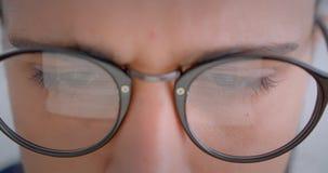 玻璃的进步白种人自由职业者与马尾辫与电子设备一起使用是殷勤培养眼睛 影视素材