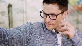 玻璃的,眼镜性感的英俊的年轻人在光学商店做selfie,光学,眼镜师零售店,镜片 影视素材