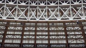 玻璃相交的金属结构 免版税库存照片