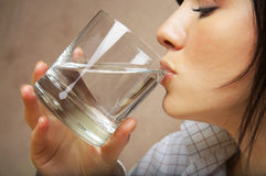 玻璃矿泉水妇女 免版税库存图片