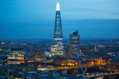 玻璃碎片在伦敦桥梁的 日落的伦敦市 企业和银行业务在黄昏的唱腔视图 伦敦英国 免版税库存照片