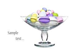 玻璃碗五颜六色的复活节彩蛋 库存照片