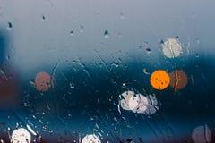 玻璃窗在下雨天背景中 库存图片