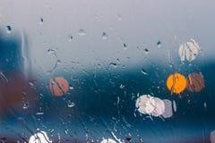 玻璃窗在下雨天背景中 库存照片