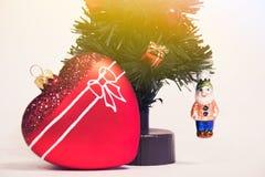 玻璃红色心脏和圣诞节装饰圣诞树 美丽的新年度装饰 库存图片