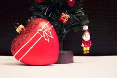 玻璃红色心脏和圣诞节装饰圣诞树 美丽的新年度装饰 免版税库存照片